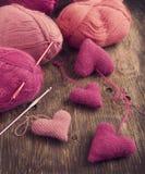 Lavori all'uncinetto i cuori ed il filato rosa Immagine Stock
