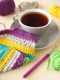 Lavori all'uncinetto il lavoro e una tazza di caffè Fotografia Stock