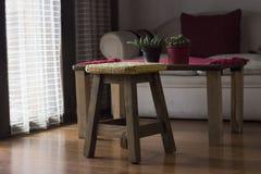 Lavori all'uncinetto la decorazione sopra un banco di legno Immagine Stock Libera da Diritti