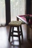 Lavori all'uncinetto la decorazione sopra un banco di legno Fotografia Stock