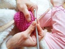 lavori all'uncinetto la sciarpa della lana Immagini Stock Libere da Diritti