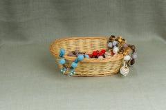 Lavori all'uncinetto le perle in un canestro di vimini Fotografia Stock