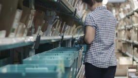 Lavori alla farmacia del magazzino del trasportatore, fine su stock footage