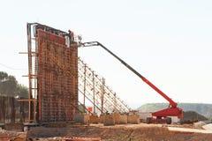 Lavori di costruzione dei fondamenti del ponte immagini stock