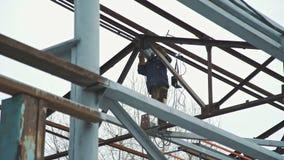 Lavori di costruzione: la struttura del metallo della costruzione Saldatore sul lavoro video d archivio