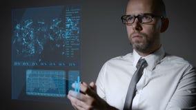 Lavori futuri con economia di macro e di finanza Uomo d'affari che lavora con uno schermo olografico interattivo Smartphone video d archivio