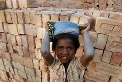 Lavori infantili al campo di mattone indiano Fotografia Stock