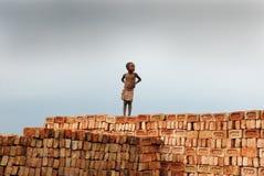Lavori infantili al campo di mattone indiano fotografia stock libera da diritti