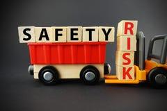 Lavori la sicurezza per evitare i rischi e gli incidenti al lavoro immagini stock