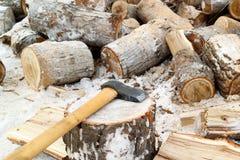 Lavori nella campagna nell'inverno, nella legna da ardere di legno di taglio e nella legna da ardere fotografia stock
