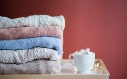 Lavori o indumenti a maglia e tazza di caffè immagini stock