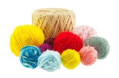lavori o indumenti a maglia, giallo, rosso, blu, grey, rosa, palle marroni di filato Ya Immagine Stock