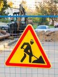 Lavori stradali rossi e segno giallo del triangolo Fotografia Stock