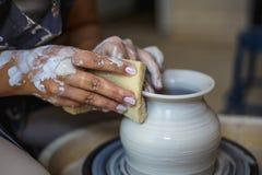 Lavoricchii facendo il vaso o il vaso ceramico sulla ruota delle terraglie fotografie stock libere da diritti