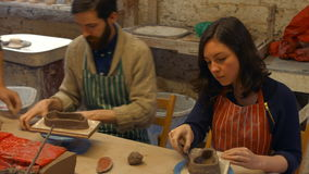 Lavoricchii insegnando ai suoi colleghi a modellare l'argilla video d archivio
