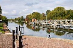 Lavoriere e serratura sul fiume Tamigi immagini stock libere da diritti
