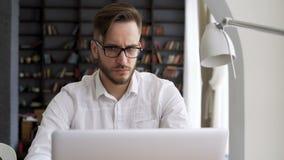 Lavoro astuto del responsabile dal computer nell'area di lavoro archivi video
