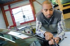 Lavoro automobilistico di At del tecnico immagine stock libera da diritti
