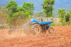 Lavoro blu del trattore sul campo Fotografie Stock