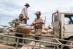 Lavoro cambogiano dei lavoratori in Sihanoukville, Cambogia Immagini Stock