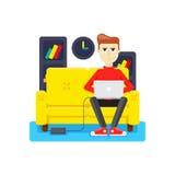 Lavoro a casa sul sofà Fotografie Stock Libere da Diritti