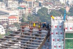 Lavoro che lavora al tetto di alta costruzione Fotografia Stock Libera da Diritti