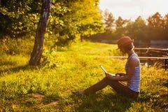 Lavoro/che studing della ragazza nel parco Fotografia Stock