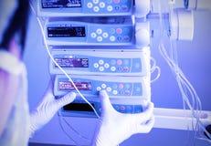 Lavoro con attrezzatura medica Fotografie Stock