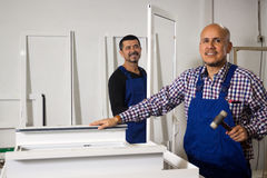 Lavoro con i profili del PVC Fotografia Stock