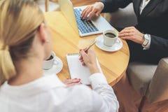 Lavoro cooperativo di affari in ufficio Immagine Stock