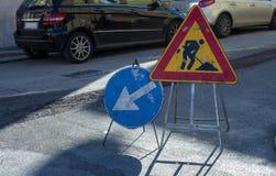Lavoro in corso dei segnali stradali su una via della città Fotografia Stock Libera da Diritti