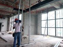 Lavoro in corso dell'installazione del muro a secco dai muratori al cantiere fotografia stock libera da diritti