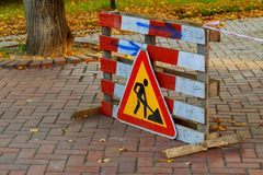 Lavoro in corso Lavori stradali, segnali stradali Uomini sul lavoro Contrassegno di alcuni segni per lavoro in corso sulla via ur Fotografia Stock Libera da Diritti