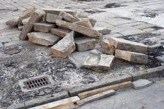 Lavoro in corso Marciapiede e strada Blocchi rimossi Fotografia Stock