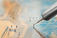 Lavoro in corso Saldatura del circuito elettronico con i componenti elettronici Stazione di saldatura Circuito BO di riparazione  fotografia stock libera da diritti