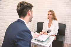 Lavoro d'offerta del datore di lavoro di affari al nuovo impiegato estendere accordo per la firma al candidato prescelto, concett immagine stock