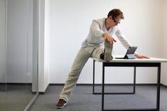 Lavoro d'ufficio del durrng di esercizio di gamba Immagine Stock Libera da Diritti