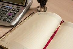 Lavoro d'ufficio, tempo di dirigere e considerare la finanza Immagine Stock