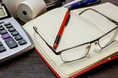 Lavoro d'ufficio, tempo di dirigere e considerare la finanza Immagini Stock Libere da Diritti