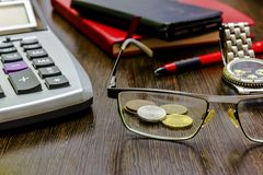 Lavoro d'ufficio, tempo di dirigere e considerare la finanza Fotografie Stock Libere da Diritti