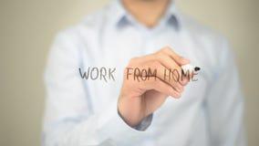 Lavoro dalla casa, scrittura dell'uomo sullo schermo trasparente fotografia stock