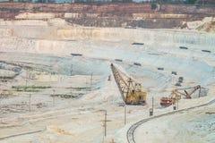 Lavoro degli escavatori pesanti della gru a benna nella cava del gesso Industria estrattiva pesante Fotografie Stock Libere da Diritti