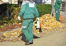 Lavoro degli spazzini in autunno fotografie stock