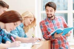 Lavoro degli studenti con il prova-libro Fotografia Stock