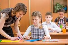 Lavoro dei bambini della scuola alla lezione del lavoro Fotografie Stock