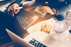 Lavoro dei businessmans del gruppo lavorando con il computer portatile nell'ufficio dello spazio aperto Immagini Stock Libere da Diritti