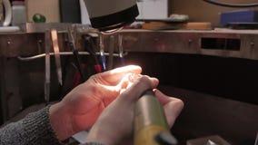 Lavoro dei gioielli Elaborazione dell'anello d'argento Primo piano 4k UHD stock footage