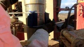 Lavoro dei lavoratori nel mucchio Rig Machine video d archivio