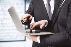 Lavoro dei soci commerciali con il computer portatile nell'ufficio Fotografie Stock