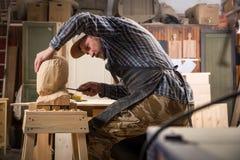 Lavoro del arpenter del ¡ di Ð in officina fotografia stock